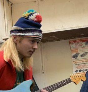 突然少年のメンバーギターのカニ