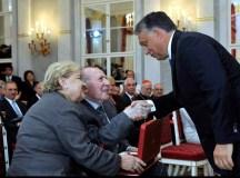 Orbán Viktor miniszterelnök gratulál Kertész Imre Nobel-díjas írónak, aki átvette a Magyar Szent István Rendet Budapesten, a Sándor-palotában 2014. augusztus 20-án. Balra Kertész Magda, az író felesége. MTI Fotó: Kovács Attila