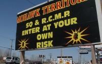 Kahnawake területén nem látják szívesen a kanadai és québeci rendőröket. Ez az ominózus tábla áll a terület határán.