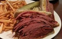 Hagyományos montreáli füstös húsos (smoked meat) szendvics, kóser uborkával. A huszadik század elején kezdték felszolgálni a Montreálba emigrált kelet-európai zsidók.