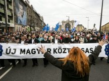"""Fotó: MTI/A képen Bódi Beáta """"vezényel"""" a tömegnek"""
