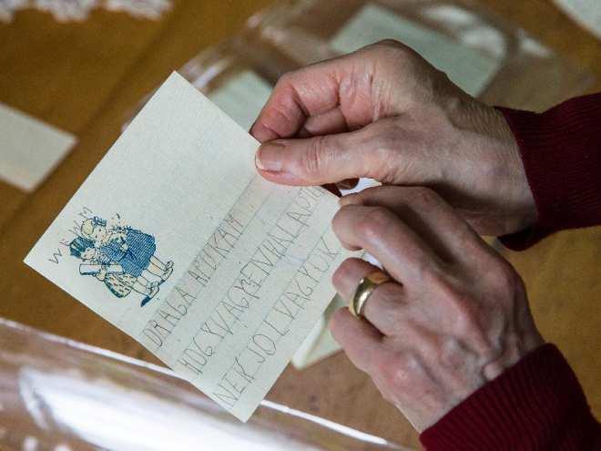Évike levelét mutatja Elaine Kalman Naves a Montreal Gazette újságíróinak.