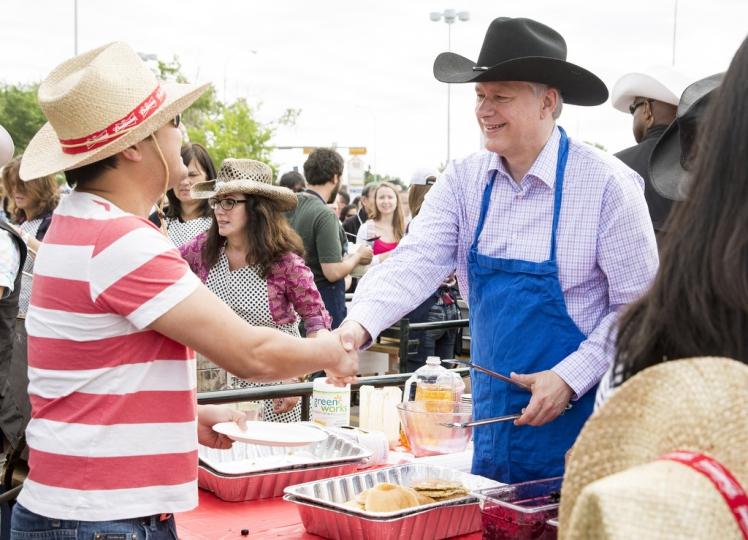 Stephen Harper, Kanada miniszterelnöke egy barbecue-n Calgary-ben.