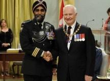 Harjit Sajjan (baloldalon), Kanada új honvédelmi minisztere David Johnston főkormányzóval.