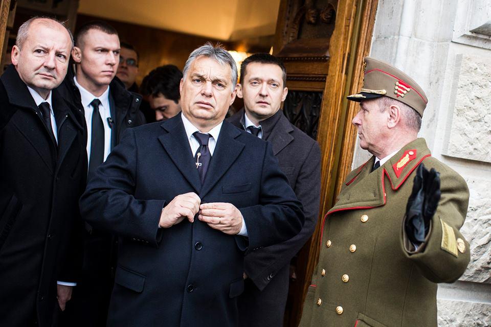Orbán Viktor Budapesten a parlament előtt, november 14-én. Fotó: Facebook.