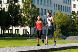 12443268-都市スポーツ---カップルの美しい夏の日、市内でフィットネスのジョギンã