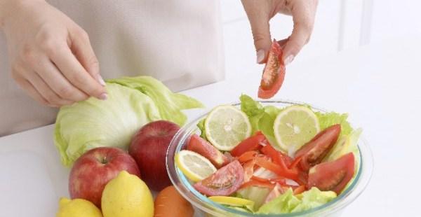 空腹時に生野菜を食べるときには注意!?