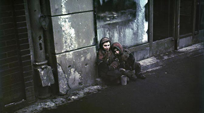Bundesarchiv N 1576 Bild-003, Warschau, Bettelnde Kinder.jpg