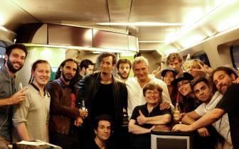 Quand les invités des Tsume Fan Days monopolise le bar du train pour une belle photo de groupe :D