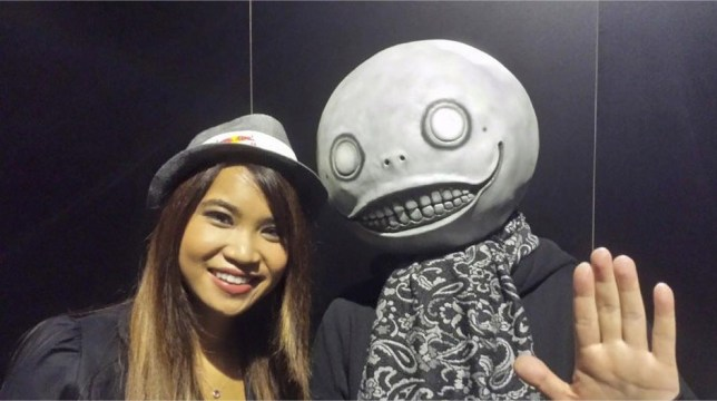 Photo avec Yoko Taro, directeur et scénariste de NieR