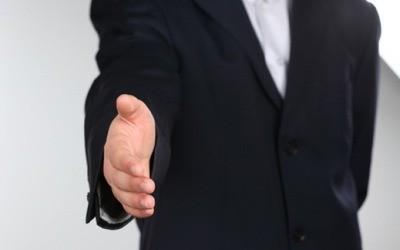 s shakehands1 e1417943153538 就職が決まらない人の特徴と理由。就職しなくても生きていける?