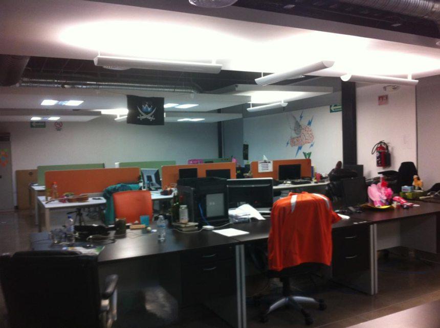 Oficina de Nearsoft con bandera pirata