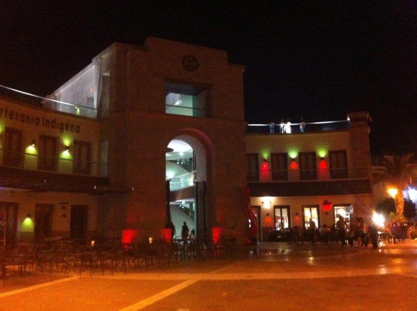Plaza Bicentenario por la noche