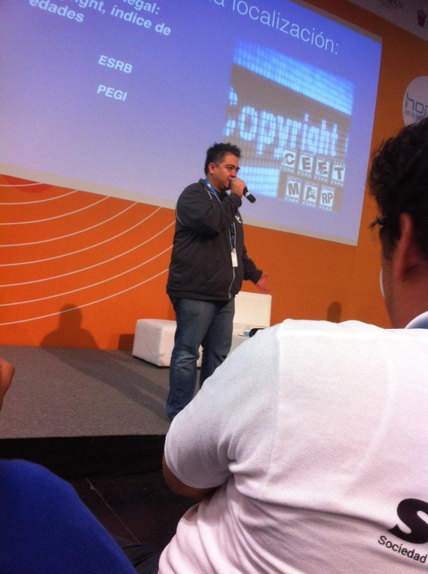 Eduardo Garza (vos de Krilin en Dragon Ball Z) dando charla sobre localización en videojuegos