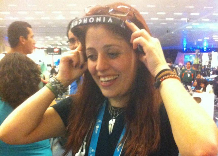 Chica prueba los audífonos por sistema óseo de Euphonia