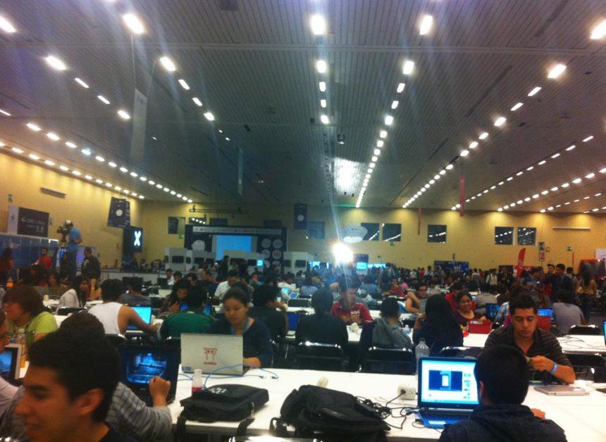 Gente trabajando en las mesas el primer día