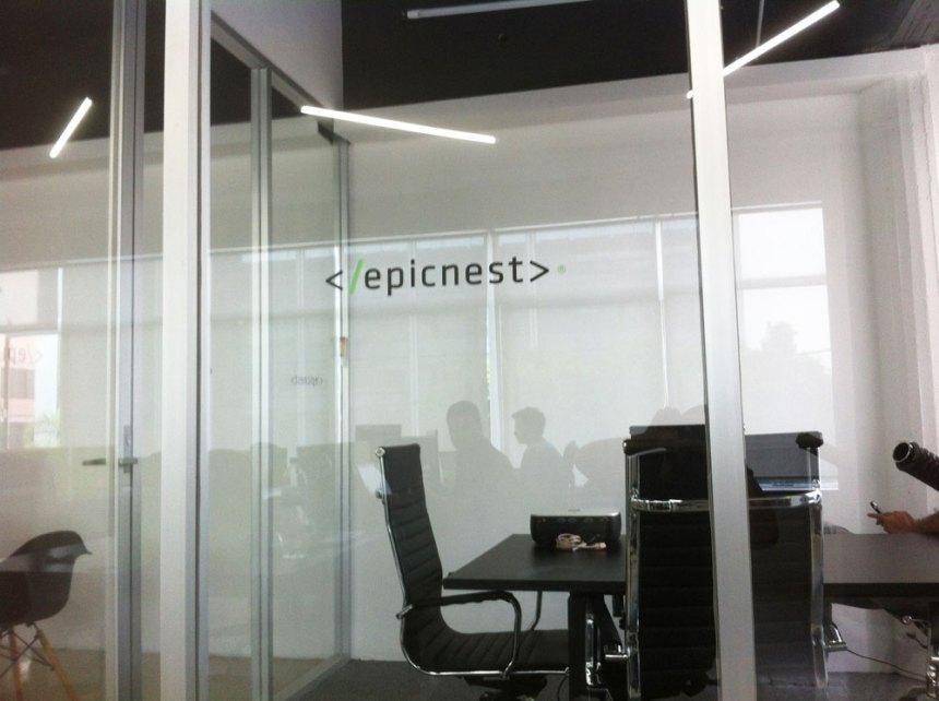 Logo de EpicNest en el vidrio de una de sus salas de juntas