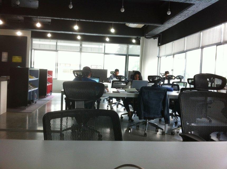 Coworkers trabajando en las mesas de Nervermind