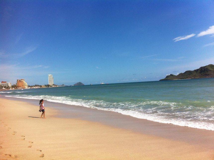 Niña a la orilla de la playa en Mazatlán