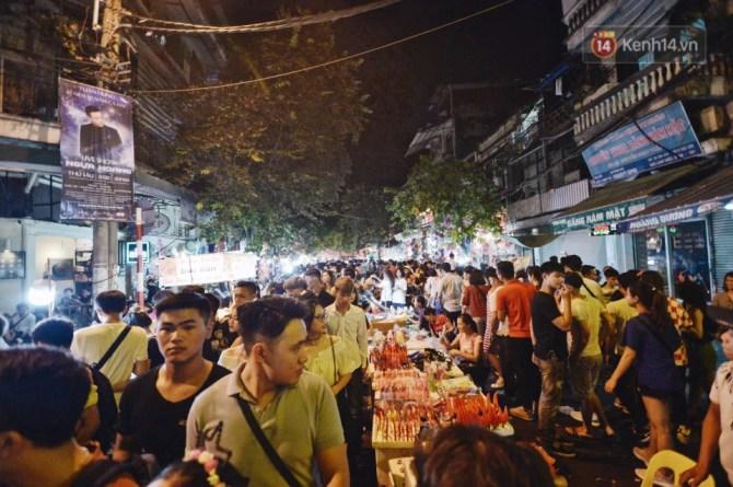 Rằm Trung thu ở Sài Gòn và Hà Nội: Người lớn vã mồ hôi, trẻ em òa khóc vì kẹt giữa biển người trong phố lồng đèn - Ảnh 4.