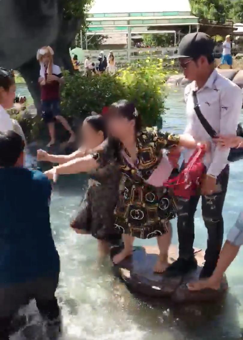 Clip: Cãi nhau về chỗ chụp ảnh tại hồ Vô Cực ở Đà Lạt, 2 người phụ nữ lao vào choảng túi bụi - Ảnh 4.