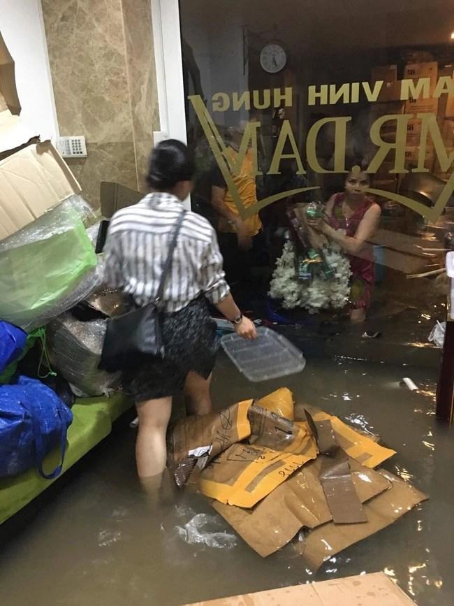 Biệt thự 60 tỷ của Đàm Vĩnh Hưng bị mưa ngập đến gần đầu gối, đồ đạc trôi lênh láng - Ảnh 6.