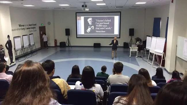 Phó hiệu trưởng ĐH Hoa Sen mặc quần đùi, áo thun trong giờ giảng bài: Tôi mặc như vậy để dạy sinh viên tư duy sáng tạo! - Ảnh 1.