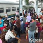 Jelang Lebaran, Stasiun Gambir & Pasar Senen Mulai Dipadati Penumpang