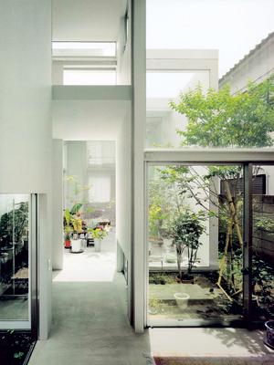 Ảnh bên chụp trong ngôi nhà A. Nhờ cách sắp xếp lệch mà ánh sáng vào được trung tâm của các khối, cũng như khu vườn xung quanh tràn vào cả trong nhà. Sự hoà trộn giữa kiến trúc và thiên nhiên