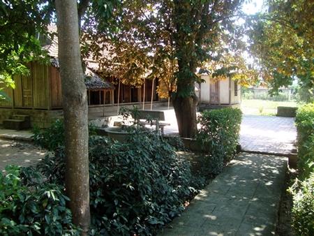 Ngôi nhà cấp 4 với 3 gian truyền thống, nằm giữa tán cây xanh mát. Năm 1947, giặc Pháp đốt cháy trụi ngôi nhà cũ của gia đình Đại tướng. Năm 1977, ngôi nhà được gia đình Đại tướng và chính quyền địa phương phục dựng nguyên trạng trên nền đất cũ.
