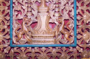Trên: Hoa văn hoa lá, động vật (chạm khắc gỗ), chùa Samrong EEk, Trà Vinh Dưới: Hoa văn Ăng co, Chùa Dơi, Sóc Trăng