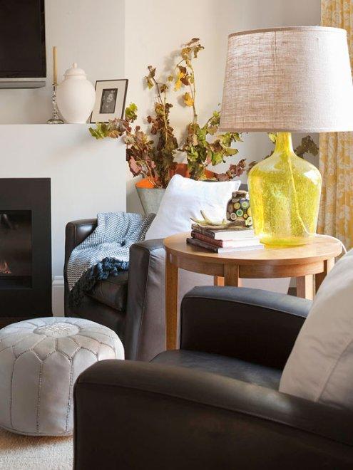 Dùng vải thay thế các phụ kiện trang trí nhà. Bạn có thể thay chiếc chụp đèn hàng ngày bằng mảnh vải linen.