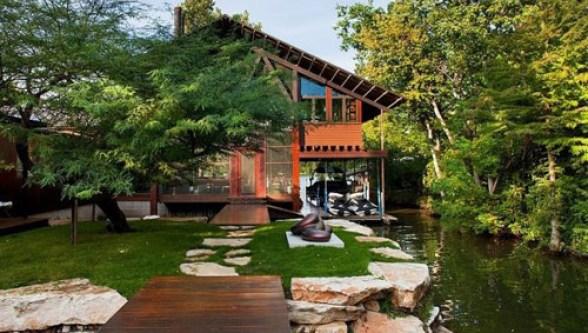 Nhà ven hồ mang một vẻ đẹp đơn giản, truyền thống, cân bằng với thiên nhiên.