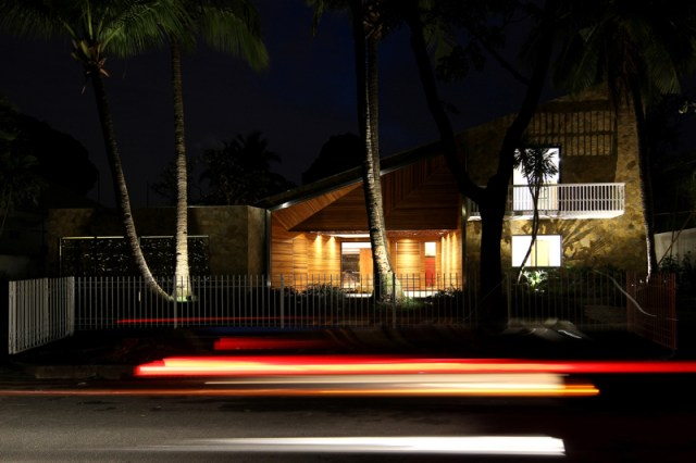 548f8323e58eced8d000008f_1545-house-lima-architecture_front_night_resize