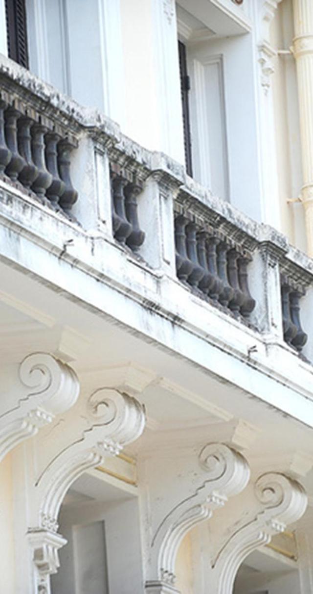 Việc trùng tu khi ấy, GS Kính cho biết, được nghiên cứu rất tỉ mỉ để giữ được tính nguyện vẹn, không làm ảnh hưởng đến kiến trúc, tinh thần của công trình. Việc chọn màu sơn không phải ngẫu nhiên mà là màu đặc trưng của các khu nhà Pháp, có sự tính toán, pha chế phù hợp với màu của quảng trường.