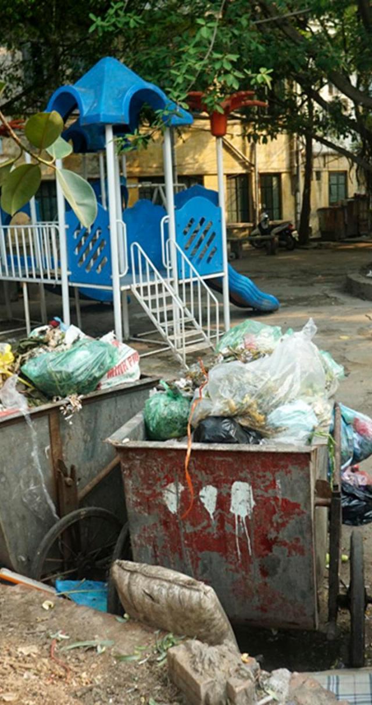 Còn đây là sân chơi dành cho trẻ em tại khu B20 tập thể Kim Liên quận Đống Đa biến thành bãi tập kết rác.