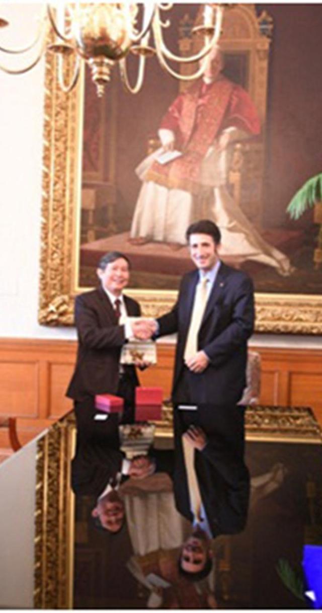 PGS.TS. Vương Ngọc Lưu - Hiệu trưởng Nhà trường trao và nhận quà lưu niệm với GS. Andrew V. Abela - Hiệu trưởng Trường Catholic Hoa Kỳ