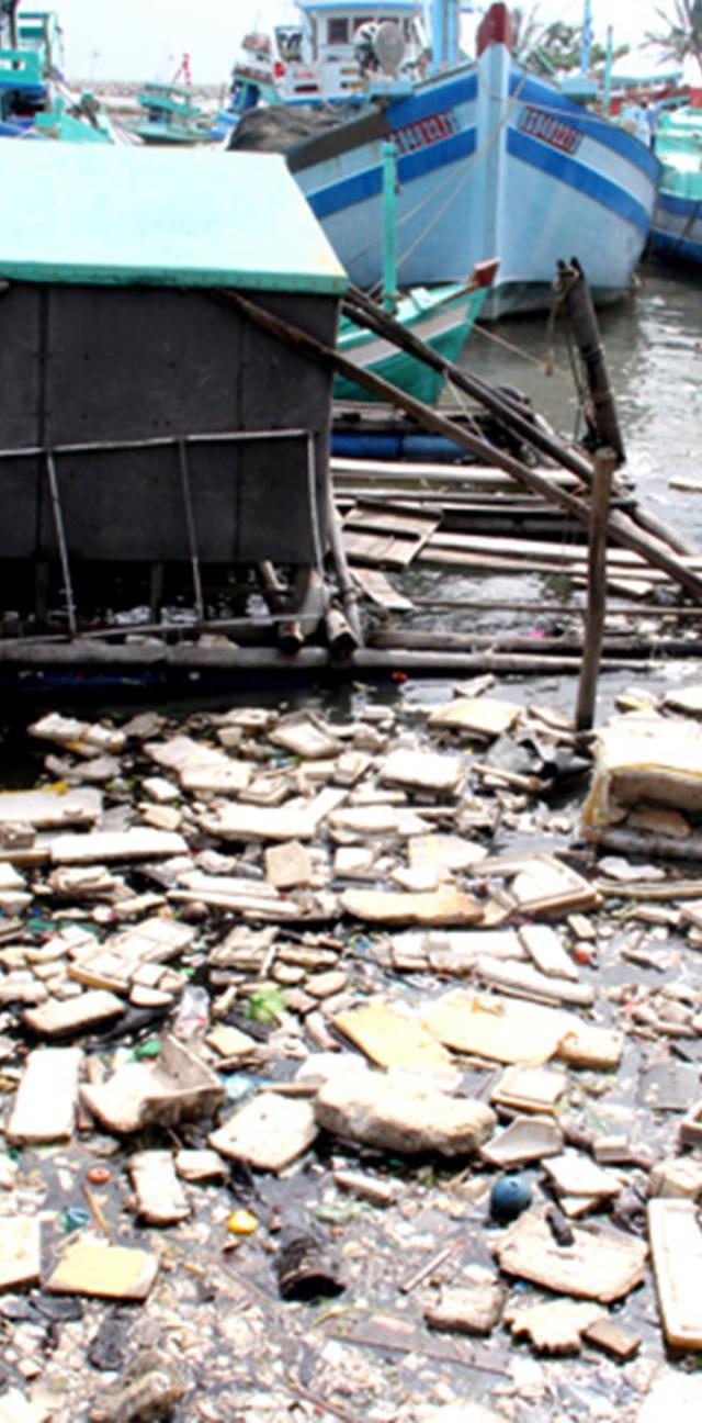 """Bến neo đậu tàu thuyền gần cửa sông Dương Đông tràn ngập các loại rác nguy hại, không thể phân hủy như túi nylon, thùng và hộp xốp dùng để đựng thức ăn... Thậm chí, người dân còn làm """"cầu tõm"""" xả thẳng ra biển."""