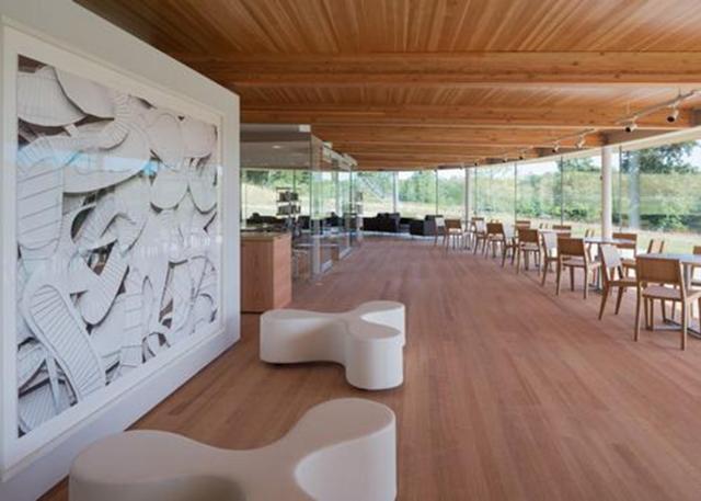 Mỗi không gian bao gồm nhiều chức năng khác nhau như thư viện, phòng tập thể dục, trung tâm định hướng, studio nghệ thuật, một không gian diễn tập với sàn cong, văn phòng, một phòng khách, một nhà trẻ và một khu sinh hoạt cộng đồng với một quán cà phê. Ngoài ra, thiết kế cũng bao gồm một khu vườn ngoài trời cũng là trung tâm chào đón du khách.