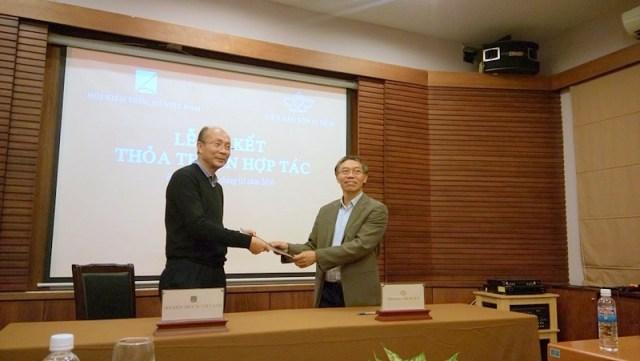 Đại diện của Hội KTSVN là ông Nguyễn Quốc Thông và đại diện của Viện Bảo tồn Di tích là ông Lê Thành Vinh ký kết Kế hoạch hợp tác hoạt động 2016