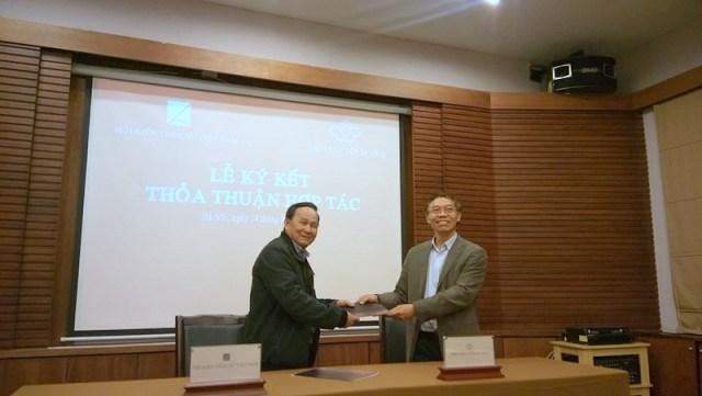 Đại diện của Hội KTSVN là ông Nguyễn Tấn Vạn và đại diện của Viện Bảo tồn Di tích là ông Lê Thành Vinh ký kết thỏa thuận hợp tác