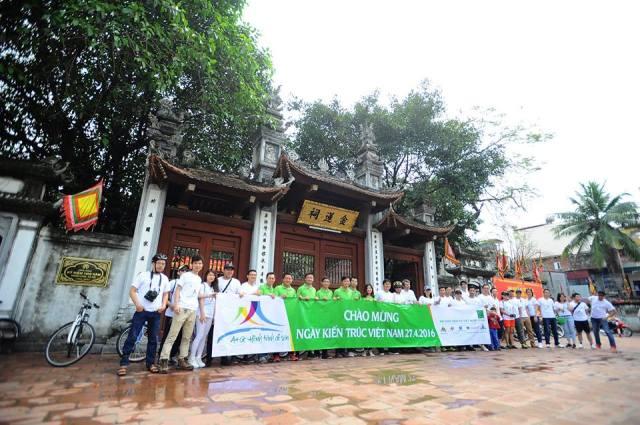 Chụp ảnh lưu niệm trước đền Kim Liên - một trong Tứ trấn Thăng long