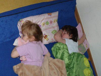 Die Kinder schlafen