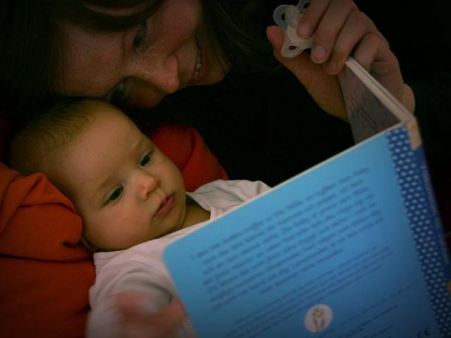 Mamma läser saga för Smilla och hon verkar förstå allt