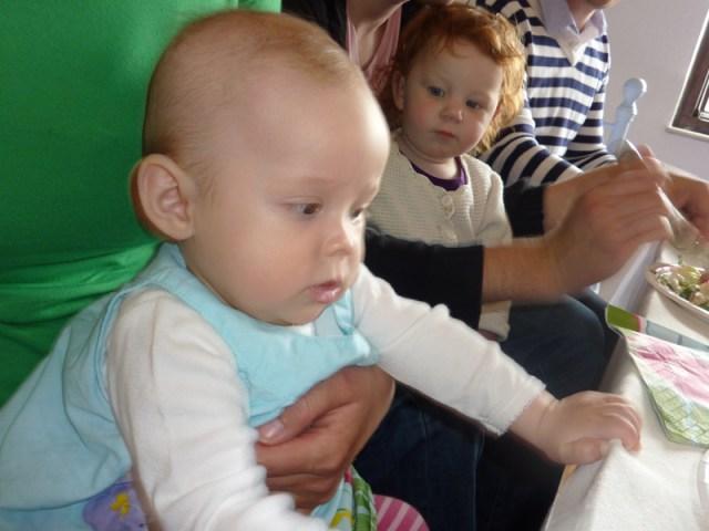 Lilla Linnea fyller 1 år, men hon fastnade knappt på någon bild (En dag med mycket ofokus)