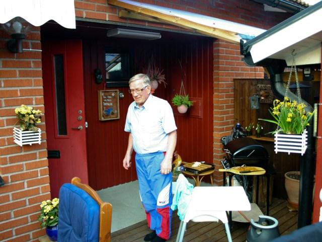 Mr Landmann drogs fram, köttet och osten lades på plats för grillning i kvällsvärmen