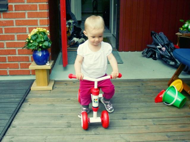 Smilla testar sin nya trehjuling under mammas uppsyn