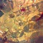 Een julefrokost-tafel aan het einde van de avond. Alle glazen leeg. En de mensen op de dansvloer.