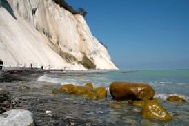 Een wandeling over het strand is niet geheel ongevaarlijk. Soms valt er nog ineens een stuk rots naar beneden.