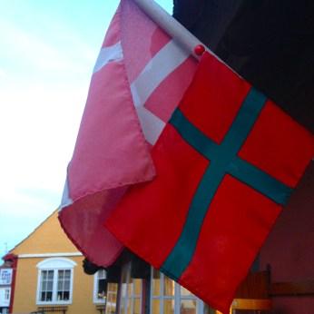 En ze vlaggen er graag. Dubbelop.